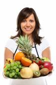 Ung kvinna med frukter — Stockfoto