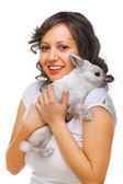 Lapin hugging jeune femme — Photo