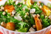 Salad with tomatoes, tuna   and croutons — Foto Stock