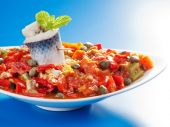 Tunisian salad with fish and vegetables — Stock Photo