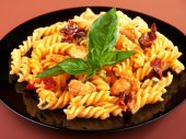 Fusilli with chicken and tomatoes — Stock Photo