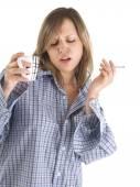 Jovem mulher bebendo café — Fotografia Stock