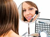 Young woman applying make-up — Stock Photo