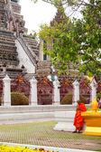 Monk texting near Wat Arun, Bangkok — Стоковое фото