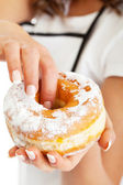 Donut in woman's hand — Stock Photo
