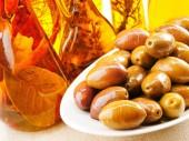 Aceitunas verdes y aceite de oliva — Foto de Stock