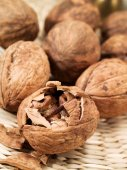 Whole and broken walnuts — Stock Photo