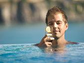 Uomo in piscina — Foto Stock