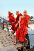Monks on the bridge, Yangon — Stock Photo