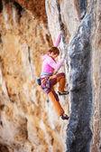 Jovem alpinista feminino em um penhasco — Foto Stock