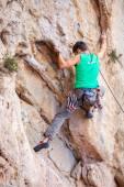 Alpinista em uma face de um penhasco — Foto Stock