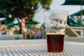 Cups of beer backlit afternoon sun close-up — Stock Photo