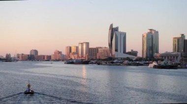 Solnedgång utsikt över Dubai creek, Förenade Arabemiraten. — Stockvideo