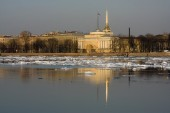 Admiralty, reflected in Neva river — Stock Photo