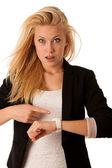 Joven mujer rubia mira su reloj cuando está siendo iso tarde — Foto de Stock