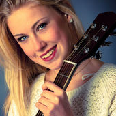 Portrait of young blonde guitar player woman — Stock Photo