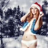 Sexig kvinna jultomten i vita byxor — Stockfoto