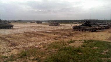 Tanklar gidin ve askeri eğitim yere bırak — Stok video