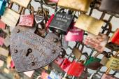 COLOGNE, GERMANY - AUGUST 26, 2014, Thousands of love locks which sweethearts lock to the Hohenzollern Bridge to symbolize their love on August 26 in Koln, Germany  — Foto de Stock