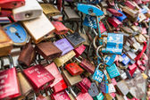 COLOGNE, GERMANY - AUGUST 26, 2014, Thousands of love locks which sweethearts lock to the Hohenzollern Bridge to symbolize their love on August 26 in Koln, Germany  — Stockfoto