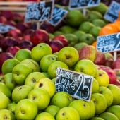 Green and red apples in local market in Copenhagen,Denmark. — Stock Photo