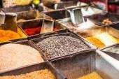 Traditionelle gewürze und trockenfrüchte in lokalen basar in indien. — Stockfoto