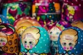 красочные российские вложенности куклы матрешка на рынке. matriosh — Стоковое фото