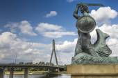The Warsaw Mermaid called Syrenka on the Vistula River bank in W — Stock Photo