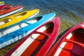 Colorful kayaks moored on lakeshore, Goldopiwo Lake, Mazury, Pol — Stock Photo