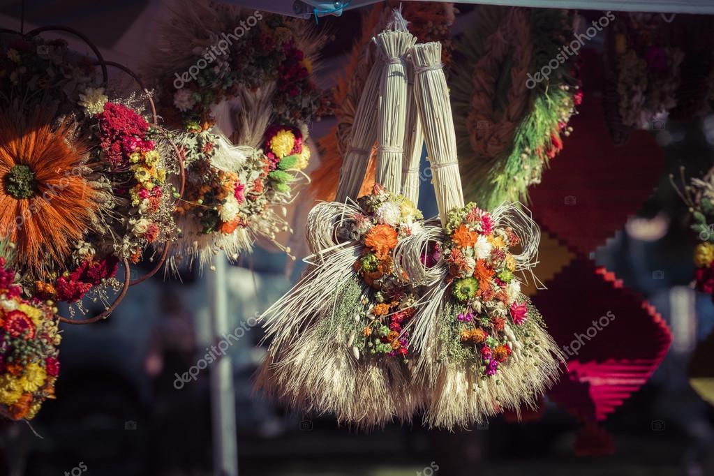 varias plantas secas y de colores y flores para la decoracin casera la venden en el mercado de la calle en suwalki polonia u foto de