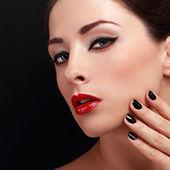 Женщина косметики с красными губами и черным блеском гвоздей, выглядящим сексуальным. портрет крупным планом — Стоковое фото