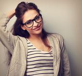 Glücklich, lässig junge Frau in Brillen suchen. Jahrgang Schädel — Stockfoto