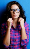 Portrait attractive woman in glasses  on blue background. — 图库照片