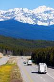 RV and buses on the road in Banff National Park — Foto de Stock