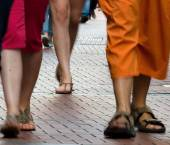 Legs of busy shoppers in Amsterdam shopping quarter — Stock Photo