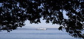 Bainbridge Island ferry passing Alki Beach — Stock Photo