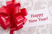 "Gift box with big bow and greeting card with text ""Happy new yea — Stock Photo"