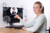 Pracy Szukaj koncepcja - kobieta wyimaginowanych przycisków z pe — Zdjęcie stockowe