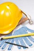 Cierre para arriba de las herramientas del constructor - casco, guantes, martillo, pluma un — Foto de Stock