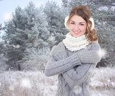 молодая красивая женщина в зимнем лесу — Стоковое фото
