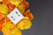 Bouquet of orange and yellow rose flowers and wedding rings in g — Stock Photo