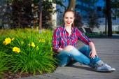 Pretty girl sitting in summer park — Stock Photo