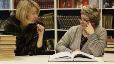 Two women at a library — Stock Video
