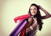 женщина, держащая хозяйственные сумки — Стоковое фото