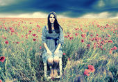 Mujer en un campo de amapola — Foto de Stock