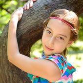 Girl embrace tree — Stock Photo