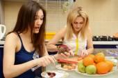 Mãe e filha na cozinha — Foto Stock