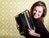 Kvinna med vintage radio — Stockfoto