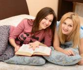 Daughter with mother reading book — Stock Photo