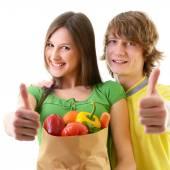 Pareja con bolsa de supermercado — Foto de Stock